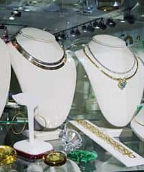 Various pieces of pre-owned jewelry available at Emerald City Jewelers
